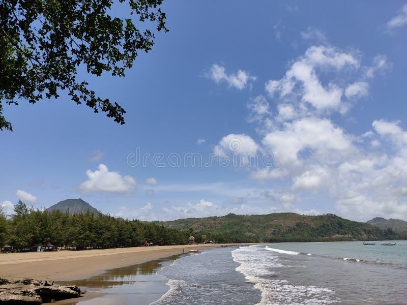 όμορφες όψεις της ακτής και των βουνών στοκ φωτογραφίες