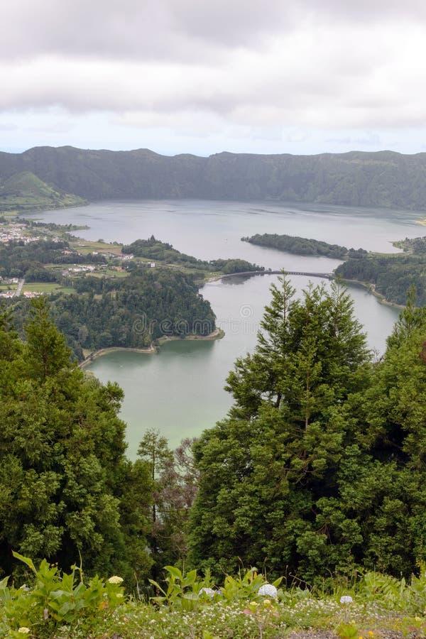 Όμορφες όψεις της δίδυμης λίμνης Σετί Σιντάντις, Lagoa das Sete Cidades με συννεφιασμένο καιρό Πανόραμα στοκ εικόνα με δικαίωμα ελεύθερης χρήσης