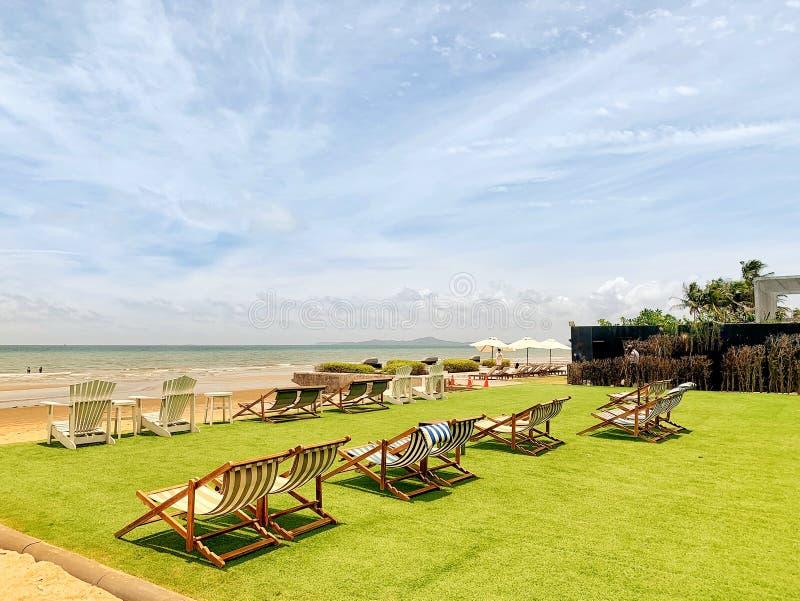 Όμορφες όψεις της παραλίας και της τροπικής θάλασσας Με ομπρέλες και καρέκλες Καλοκαιρινή ταϊλάνδη στοκ φωτογραφία με δικαίωμα ελεύθερης χρήσης