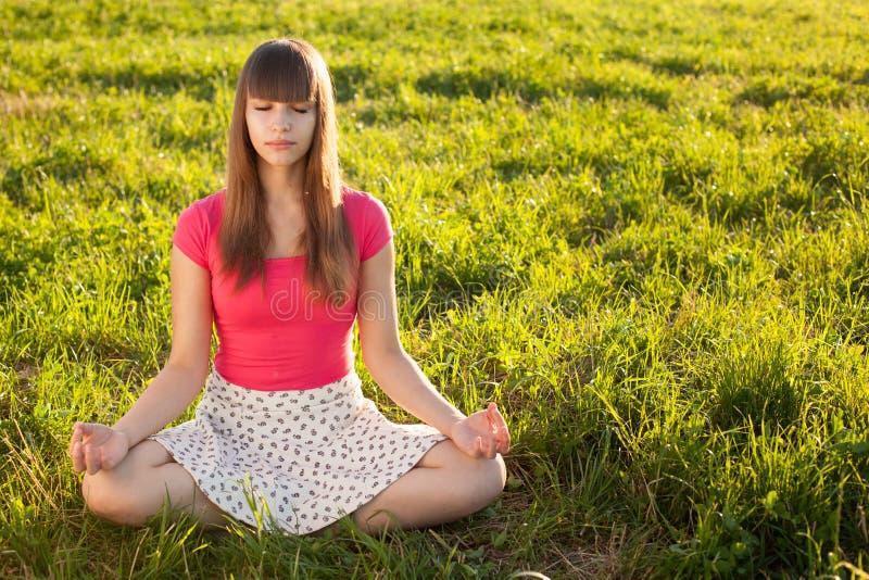 όμορφες meditating νεολαίες κοριτσιών στοκ εικόνες