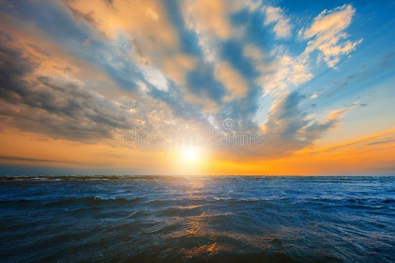 Όμορφη άνοδος ήλιων στην παραλία στοκ φωτογραφία