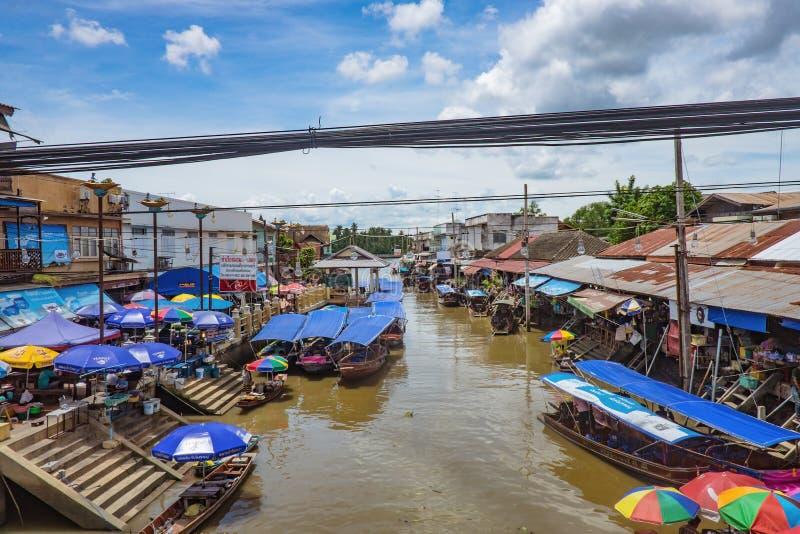 Όμορφη άποψη από να επιπλεύσει Amphawa την αγορά στο χρόνο διακοπών στοκ εικόνες