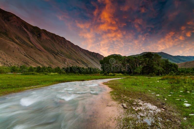 Όμορφη άποψη ενός ποταμού βουνών στο ηλιοβασίλεμα στοκ φωτογραφίες