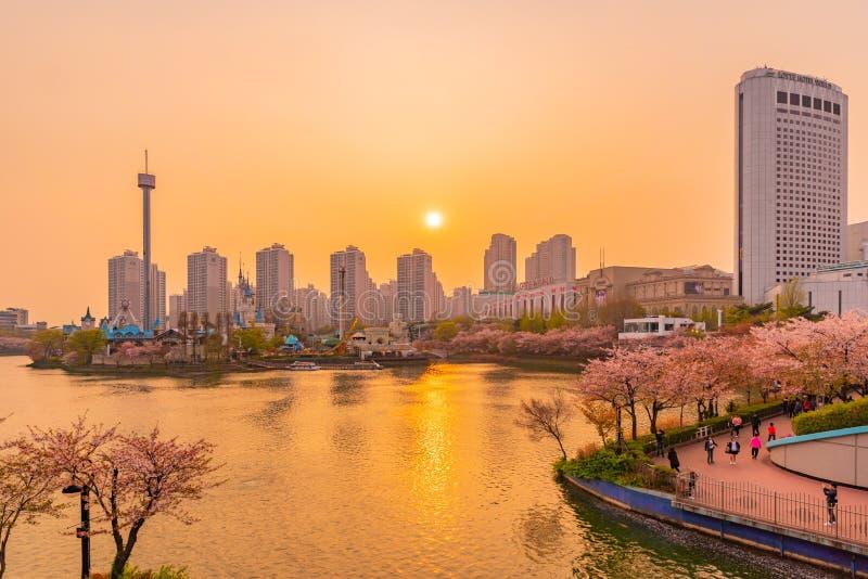 Όμορφη άποψη ηλιοβασιλέματος της λίμνης Seokchon στοκ εικόνα με δικαίωμα ελεύθερης χρήσης