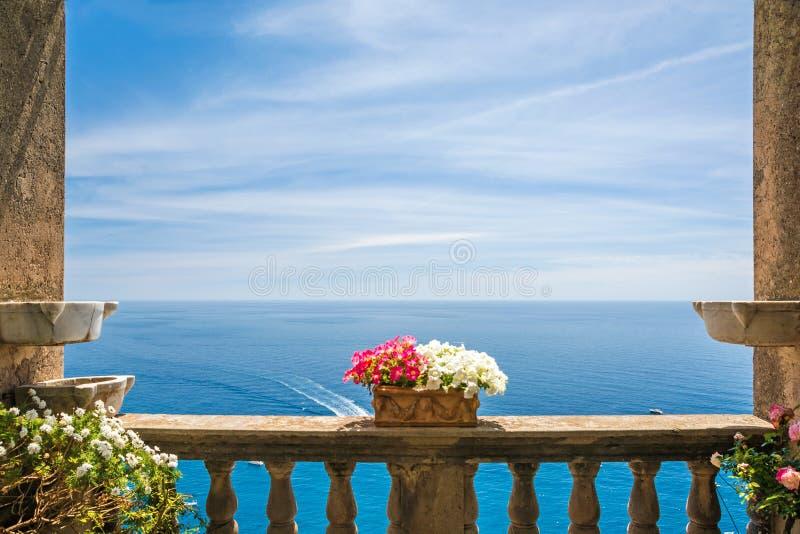 Όμορφη άποψη θάλασσας στην πόλη Positano από το παλαιό πεζούλι με τα λουλούδια, ακτή της Αμάλφης, Ιταλία στοκ εικόνες