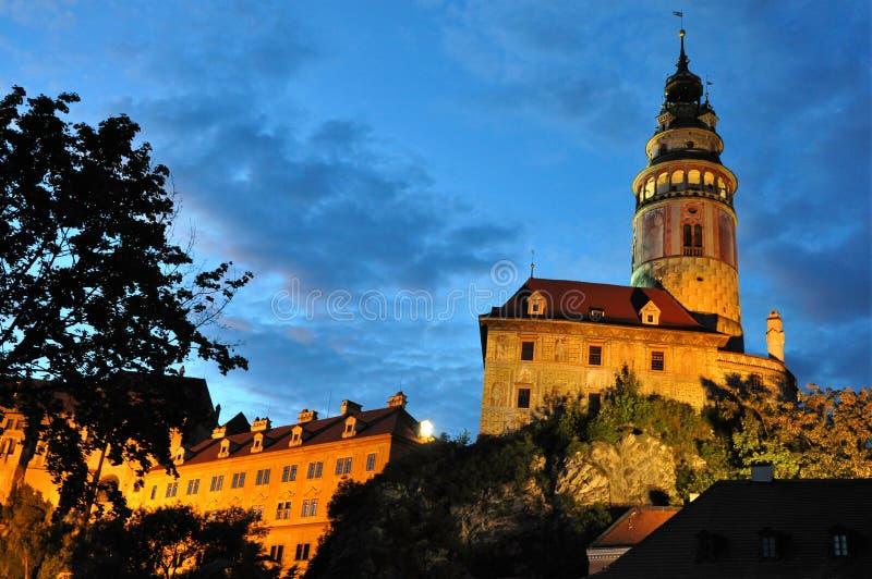 Όμορφη άποψη νύχτας του πύργου κάστρων σε Cesky Krumlov στοκ εικόνα με δικαίωμα ελεύθερης χρήσης