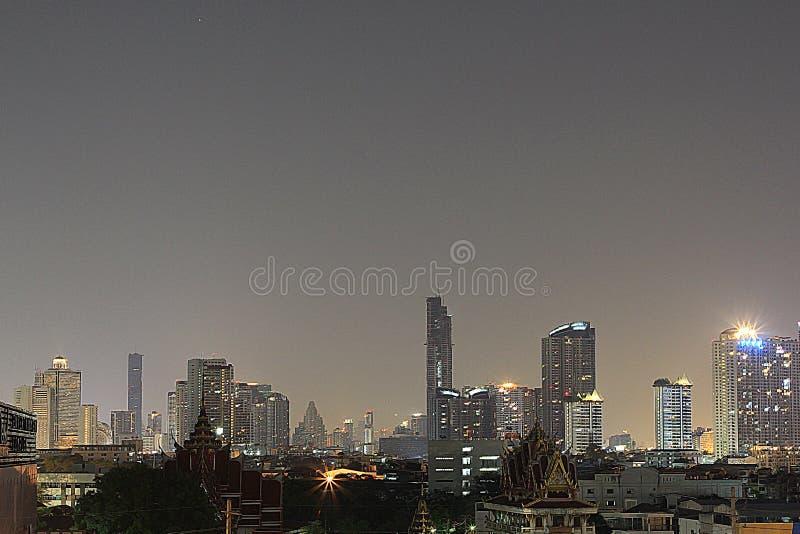 Όμορφη άποψη πανοράματος της ΜΠΑΝΓΚΟΚ, ΤΑΪΛΑΝΔΗ της νυχτερινής ζωής της πόλης και των κτηρίων της Μπανγκόκ στοκ φωτογραφία