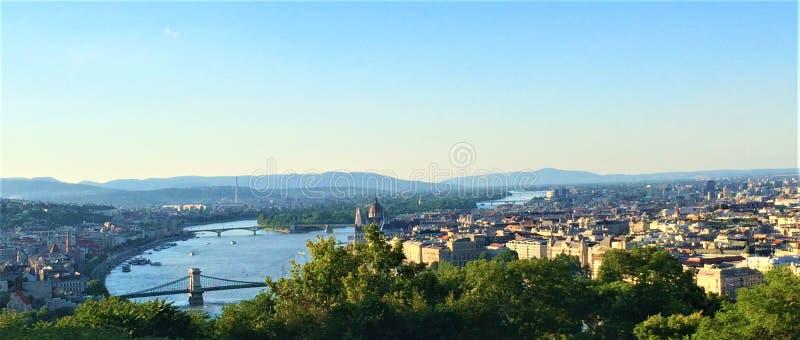 Όμορφη άποψη πόλεων της Βουδαπέστης από το υψηλό έδαφος στοκ εικόνα
