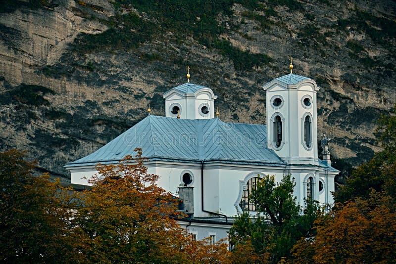 Όμορφη άποψη σχετικά με τις εκκλησίες του Σάλτζμπουργκ επάνω από τον ποταμό Salzach το καλοκαίρι, Σάλτζμπουργκ, Αυστρία στοκ εικόνες με δικαίωμα ελεύθερης χρήσης
