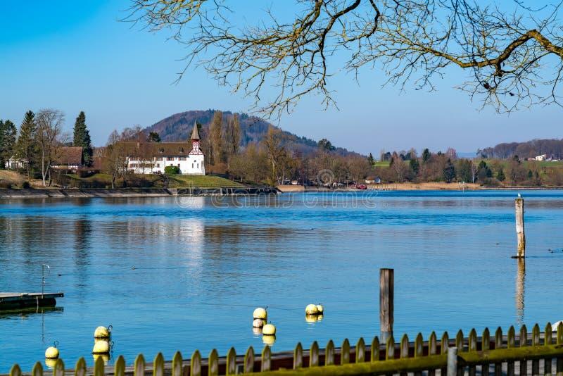 Όμορφη άποψη σχετικά με τις όχθεις του ποταμού του Ρήνου σε Stein AM Ρήνος στοκ εικόνες