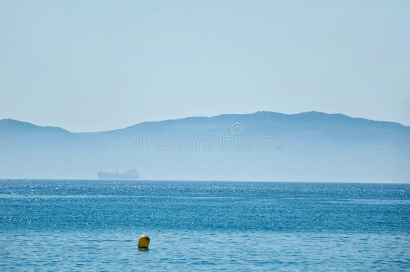 Όμορφη άποψη σχετικά με το στενό του Γιβραλτάρ με την ομίχλη στοκ φωτογραφίες με δικαίωμα ελεύθερης χρήσης