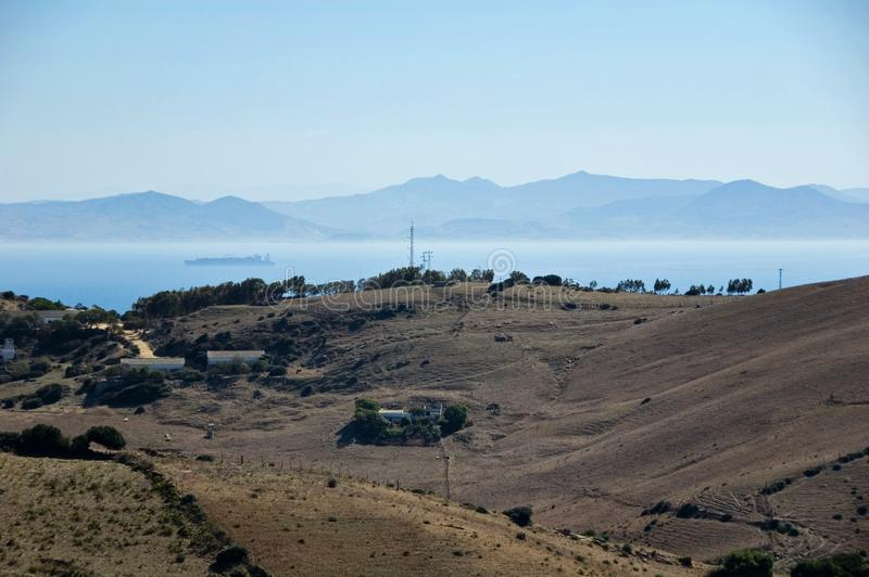 Όμορφη άποψη σχετικά με το στενό του Γιβραλτάρ με την ομίχλη στοκ φωτογραφία