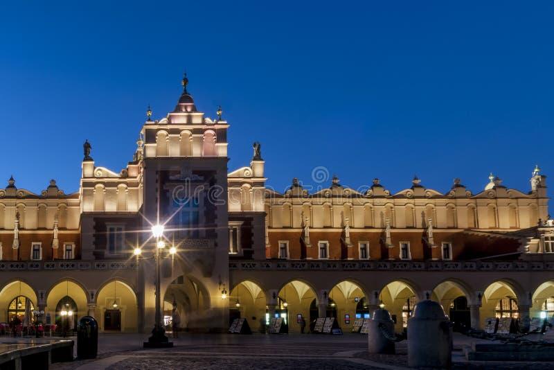 Όμορφη άποψη της αίθουσας Sukiennice υφασμάτων στην μπλε ώρα, το ιστορικό κέντρο της Κρακοβίας ` s, την Πολωνία, και το κύριο τετ στοκ εικόνες