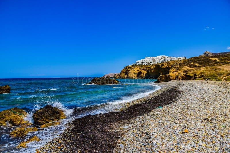 Όμορφη άποψη της ακτής με το μικρό άσπρο χωριό στο νησί Νάξος στην Ελλάδα στοκ εικόνες με δικαίωμα ελεύθερης χρήσης