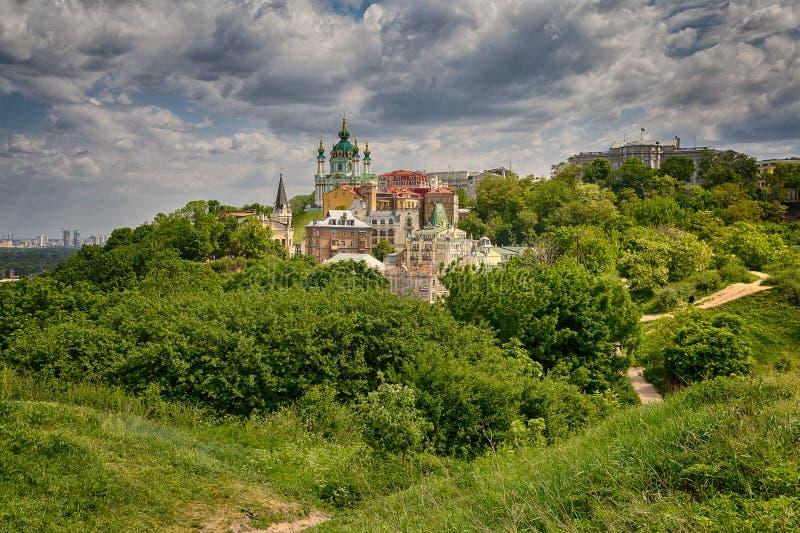 Όμορφη άποψη της αρχαίας καθόδου του Andrew ` s οδών και της εκκλησίας του ST Andrew ` s Κίεβο στοκ φωτογραφίες με δικαίωμα ελεύθερης χρήσης