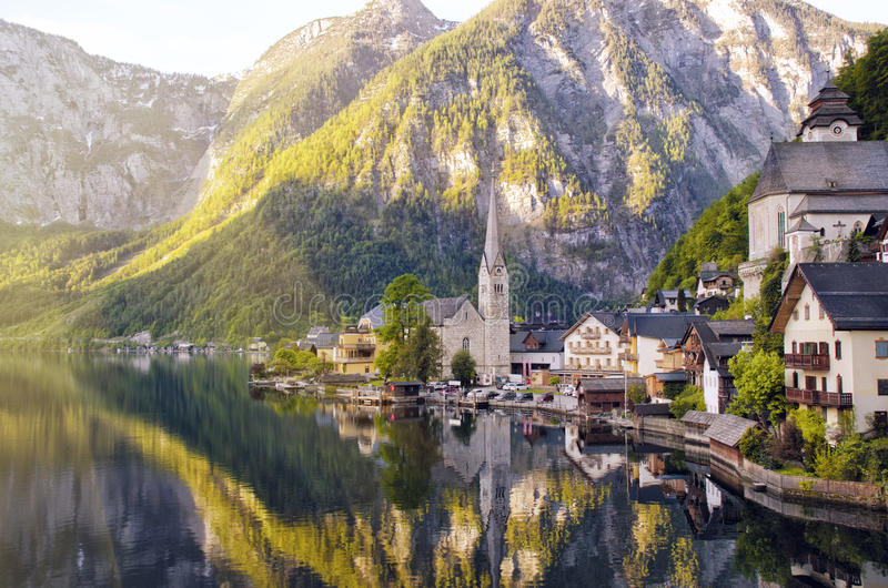 Όμορφη άποψη της αλπικών πόλης Hallstatt και της λίμνης Hallstattersee Salzkammergut, Αυστρία στοκ εικόνες