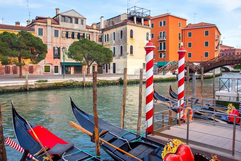 Όμορφη άποψη της Βενετίας στο στενό κανάλι με τις γόνδολες Φυσική Βενετία Ζωηρόχρωμο εξωτερικό Venezia Κλασσική εικονική παράστασ στοκ φωτογραφία με δικαίωμα ελεύθερης χρήσης