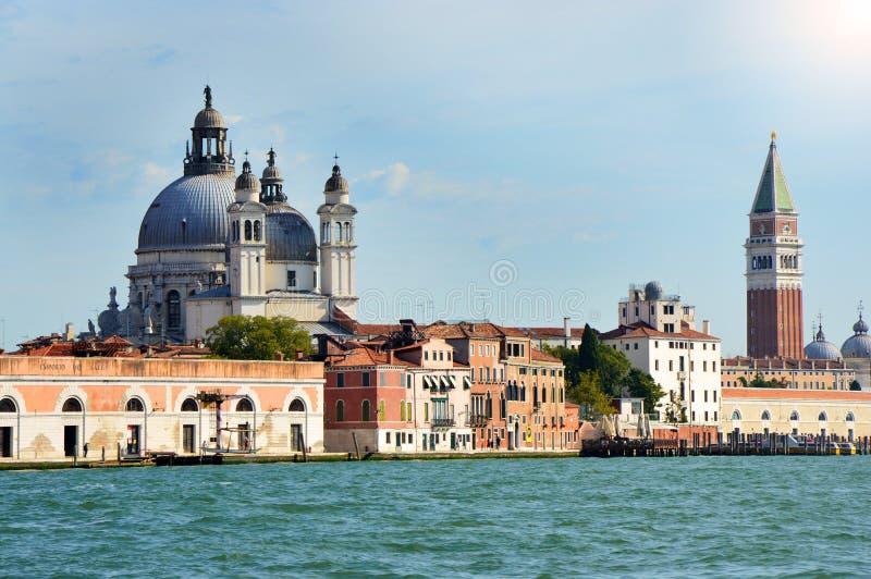 Όμορφη άποψη της Βενετίας του καναλιού Grande με τον πύργο κουδουνιών καμπαναριών σημαδιών του ST, τοπ φωτογραφία, καλοκαίρι 2016 στοκ εικόνα