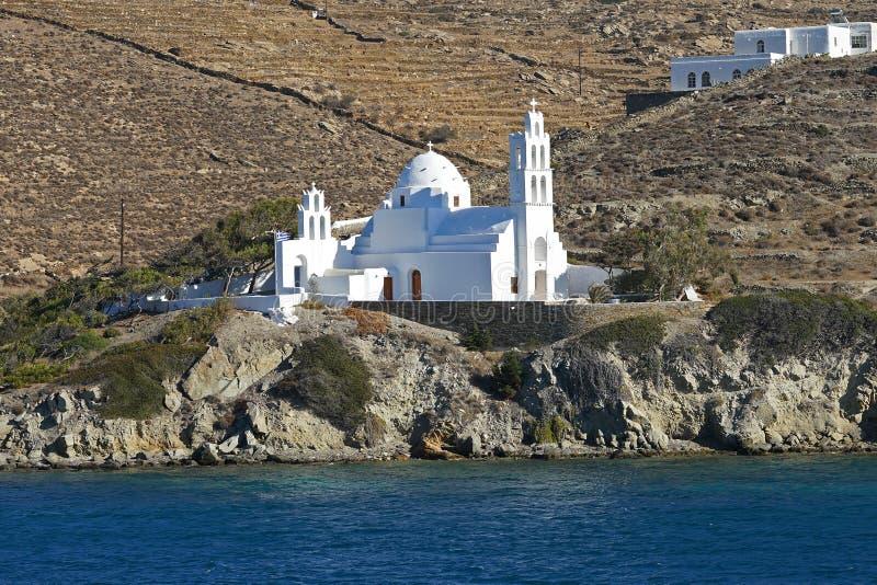Όμορφη άποψη της εκκλησίας Agia Ειρήνη στην είσοδο στο λιμένα Ios, Ελλάδα στοκ εικόνα