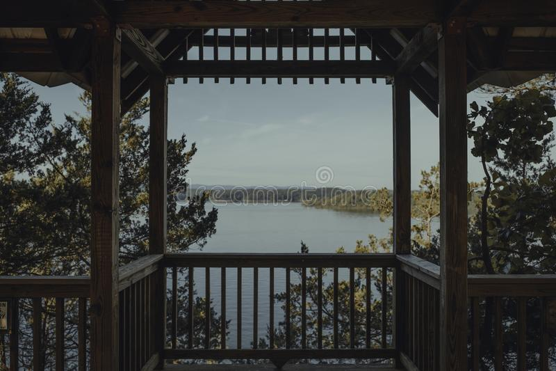 Όμορφη άποψη της λίμνης με μια ακτή από έναν ξύλινο άξονα στοκ εικόνες με δικαίωμα ελεύθερης χρήσης