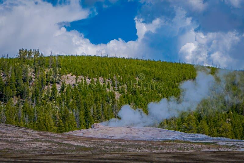Όμορφη άποψη της παλαιάς πιστής Geyser λεκάνης που βρίσκεται στο εθνικό πάρκο Yellowstone, που περιβάλλεται από τον ατμό με ένα π στοκ φωτογραφία με δικαίωμα ελεύθερης χρήσης