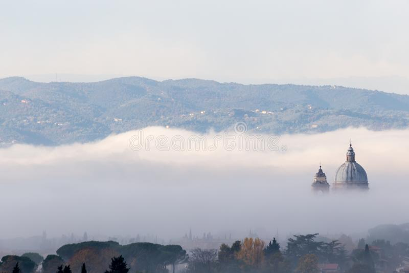 Όμορφη άποψη της παπικής εκκλησίας Assisi Angeli degli της Σάντα Μαρία στοκ εικόνες