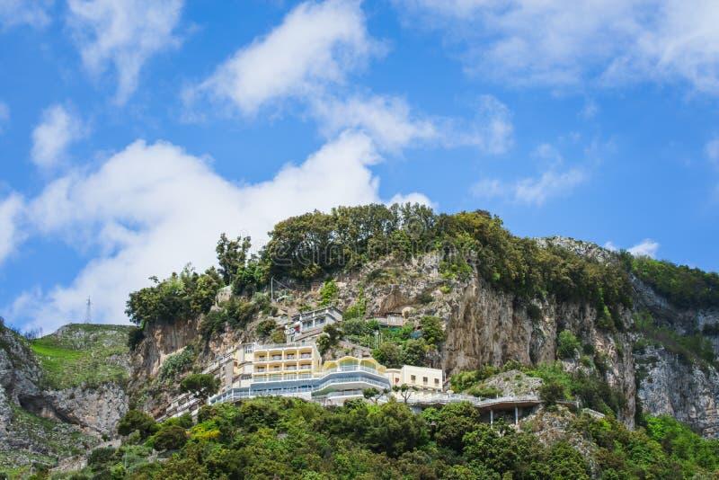 Όμορφη άποψη της πόλης Αμάλφη παραλιών στην επαρχία του Σαλέρνο, η περιοχή Campania, ακτή της Αμάλφης, Costiera Amalfitana, Ιταλί στοκ φωτογραφία