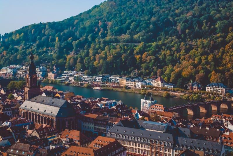 Όμορφη άποψη της πόλης της Χαϋδελβέργης στη Γερμανία Θέσεις τουριστών στοκ εικόνα