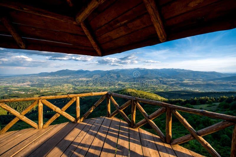 Όμορφη άποψη τοπίων βουνών από το πεζούλι στοκ φωτογραφίες με δικαίωμα ελεύθερης χρήσης