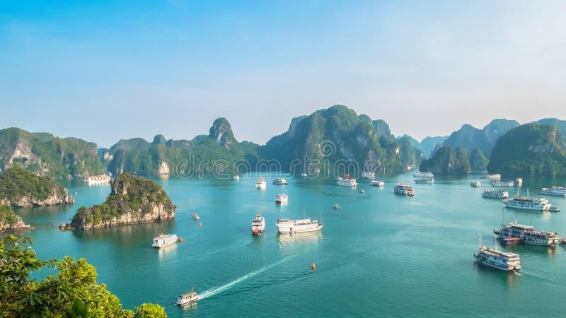 Όμορφη άποψη τοπίων κόλπων Halong από το τοπ νησί Tj στοκ φωτογραφία με δικαίωμα ελεύθερης χρήσης