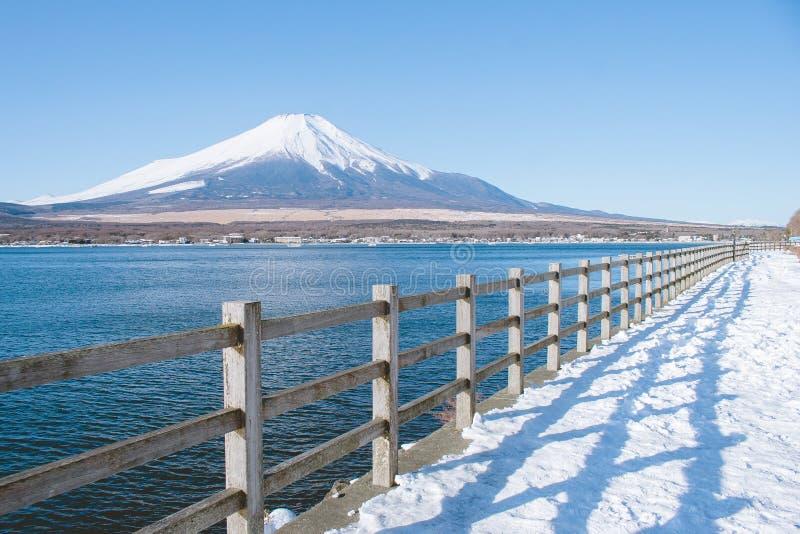 Όμορφη άποψη τοπίων του βουνού του Φούτζι ή της ΑΜ Φούτζι που καλύπτεται με το άσπρο χιόνι το χειμώνα εποχιακό στη λίμνη Kawaguch στοκ εικόνα