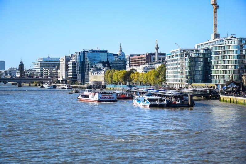 Όμορφη άποψη τοπίων του ποταμού Τάμεσης και της πόλης του Λονδίνου από τη γέφυρα πύργων, Αγγλία, UK στοκ φωτογραφία με δικαίωμα ελεύθερης χρήσης