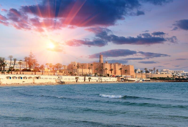Όμορφη άποψη του αρχαίου φρουρίου Ribat στο ηλιοβασίλεμα Τυνησία στοκ εικόνα με δικαίωμα ελεύθερης χρήσης