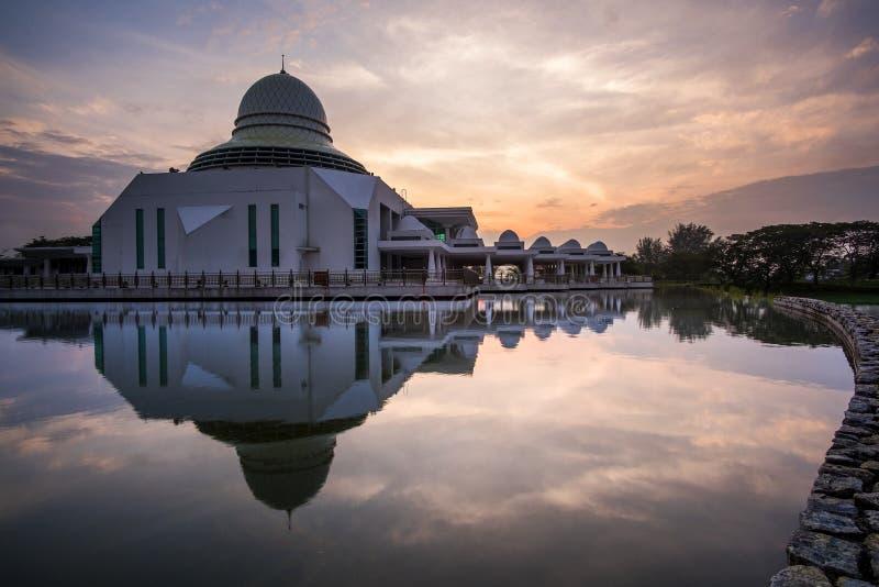 Όμορφη άποψη του δημόσιου μουσουλμανικού τεμένους στη Seri Iskandar, Perak, Μαλαισία στοκ εικόνα