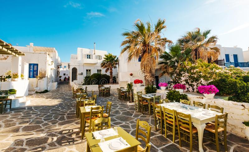 Όμορφη άποψη του εστιατορίου στην ελληνική οδό ηλιοφάνειας στοκ φωτογραφίες με δικαίωμα ελεύθερης χρήσης