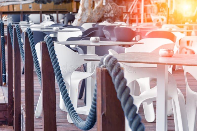 Όμορφη άποψη του καφέ θαλασσίως στοκ φωτογραφίες