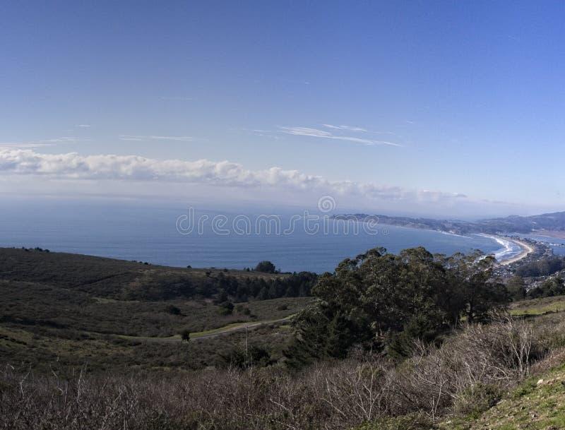 Όμορφη άποψη του κόλπου και της ακτής του Ειρηνικού Ωκεανού στοκ εικόνα