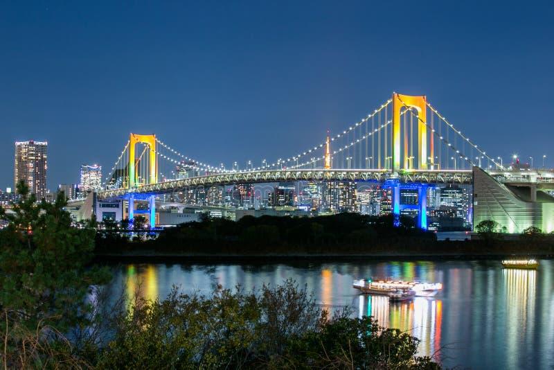 Όμορφη άποψη του κόλπου του Τόκιο, της ζωηρόχρωμων γέφυρας ουράνιων τόξων και της πόλης του Τόκιο στοκ φωτογραφίες