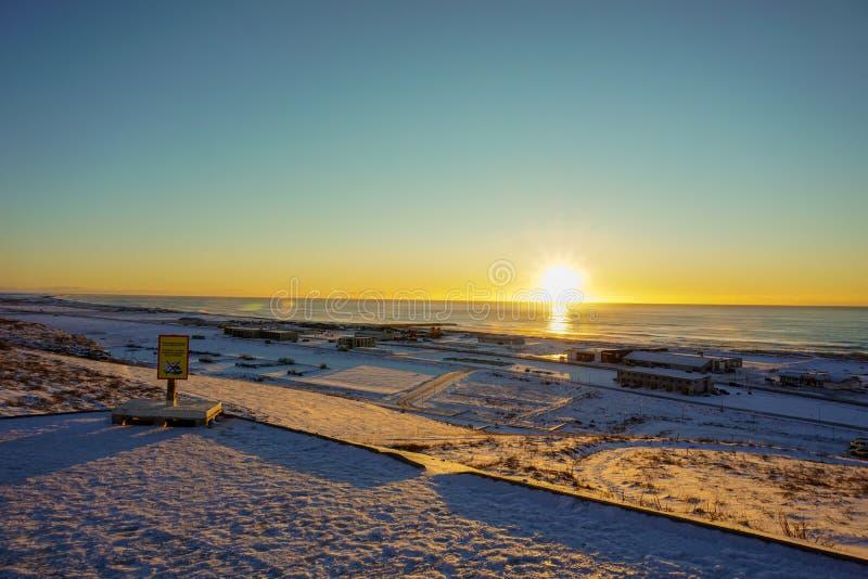 Όμορφη άποψη του μικρού χωριού Vik Ι Myrdal σε μια ηλιόλουστη ανατολή πρωινού στο χειμώνα στοκ φωτογραφίες