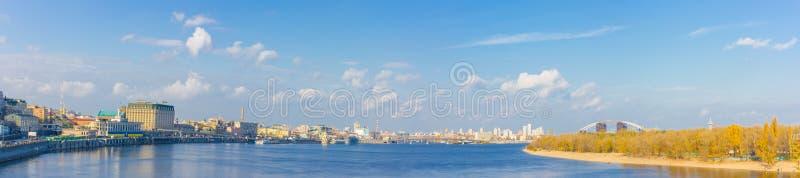 Όμορφη άποψη του ποταμού Dnieper, του σταθμού ποταμών, της γέφυρας της Αβάνας και της οδού naberezhno-Kreschatitska στο Κίεβο, Ου στοκ φωτογραφία με δικαίωμα ελεύθερης χρήσης