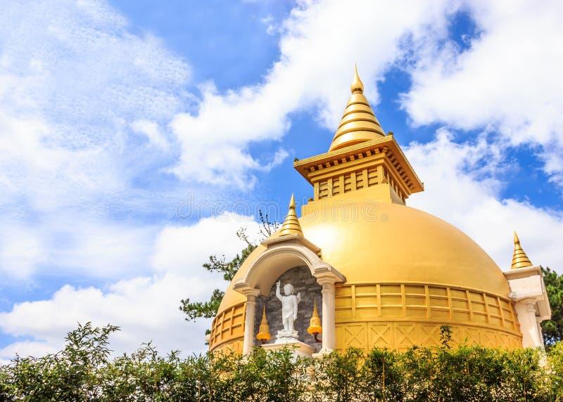 Όμορφη άποψη του sino-βιετναμέζικου βουδιστικού ναού Chua Truc Lam της Zen σε μια ηλιόλουστη θερινή ημέρα με το μπλε ουρανό και τ στοκ εικόνα με δικαίωμα ελεύθερης χρήσης