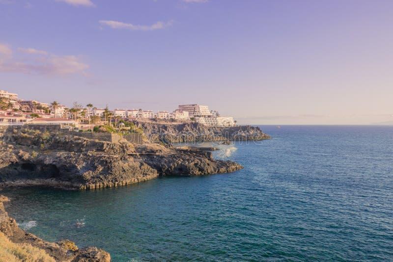 Όμορφη άποψη των απότομων βράχων Los Gigantes Tenerife στην ακτή, Κανάρια νησιά, Ισπανία Ωκεάνια άποψη παραδείσου r στοκ εικόνα