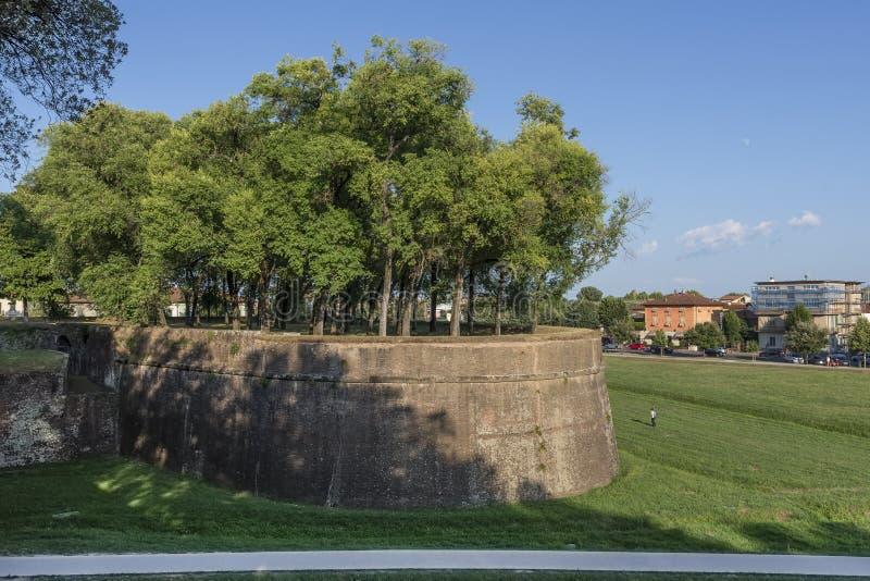 Όμορφη άποψη των αρχαίων τοίχων Lucca, Τοσκάνη, Ιταλία, λαμβάνοντας υπόψη τον αργά το απόγευμα με το φεγγάρι στο μπλε ουρανό στοκ εικόνες
