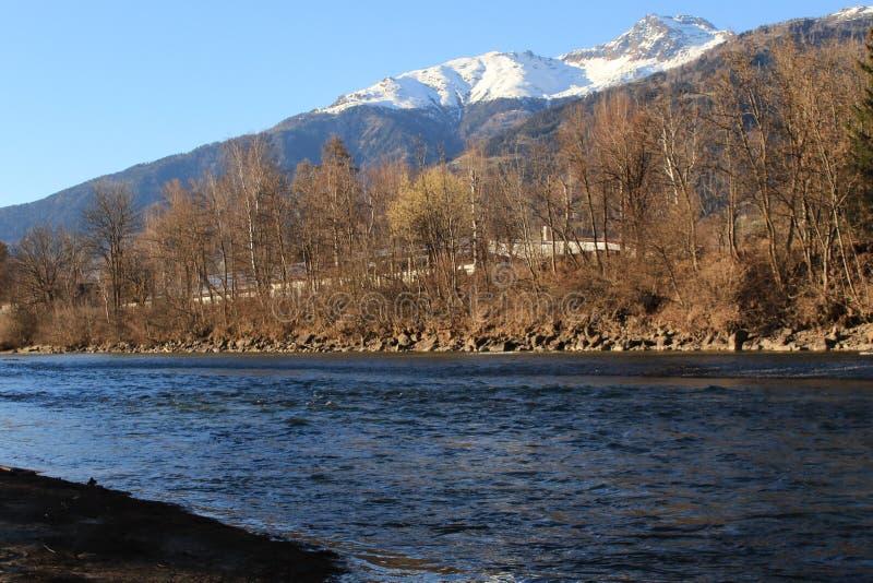 Όμορφη άποψη των βουνών και του ποταμού στην Αυστρία στοκ εικόνα με δικαίωμα ελεύθερης χρήσης