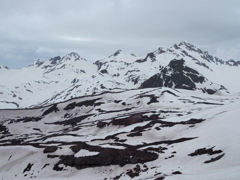 Όμορφη άποψη των βουνών στον τομέα Elbrus Πανόραμα που αγνοεί την κορυφή του βουνού που καλύπτεται με το χιόνι στοκ εικόνες με δικαίωμα ελεύθερης χρήσης