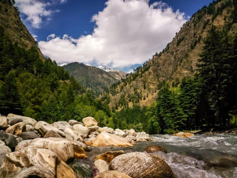 Όμορφη άποψη των βουνών Himalayan, Kasol, κοιλάδα Parvati, Himachal Pradesh, Ινδία στοκ εικόνα