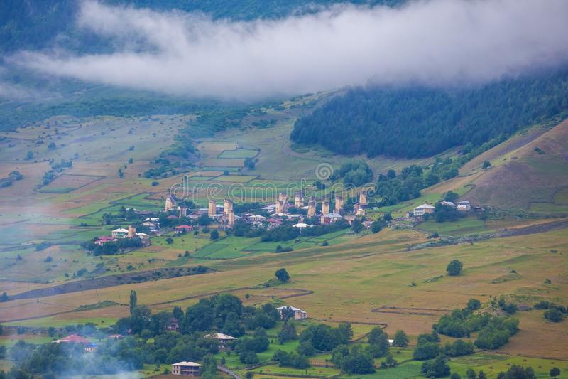 Όμορφη άποψη των χωριών του svaneti με τους μεσαιωνικούς πύργους στοκ εικόνες