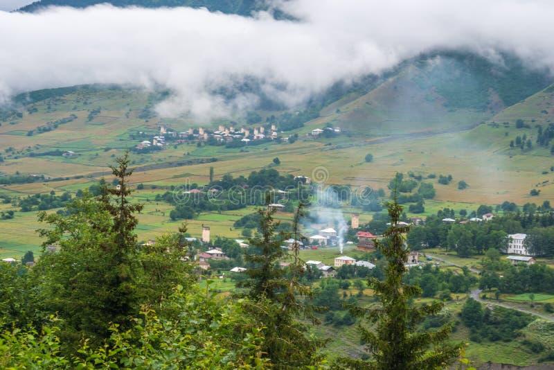 Όμορφη άποψη των χωριών του svaneti με τους μεσαιωνικούς πύργους στοκ εικόνα με δικαίωμα ελεύθερης χρήσης