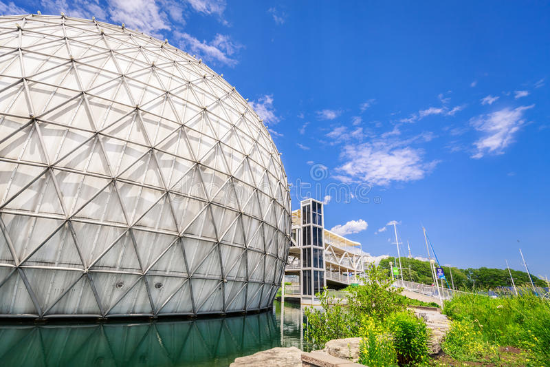 Όμορφη άποψη των λόγων πάρκων θέσεων του Τορόντου Οντάριο, μοντέρνη πρόσκληση cinesphere με τα κτήρια στο υπόβαθρο στοκ εικόνες