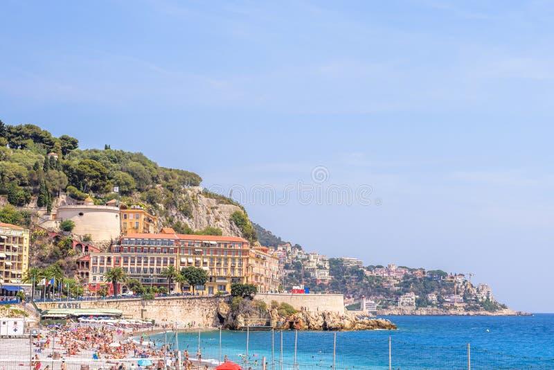 Όμορφη άποψη φωτός της ημέρας στην μπλε θάλασσα, τα βουνά και τον ουρανό της Νίκαιας Γ στοκ εικόνα